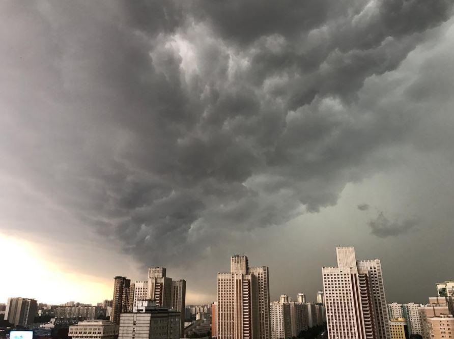 Последствия ливневого Апокалипсиса в Москве: 16 раненых, раскуроченные иномарки, затопленные улицы – новые кадры