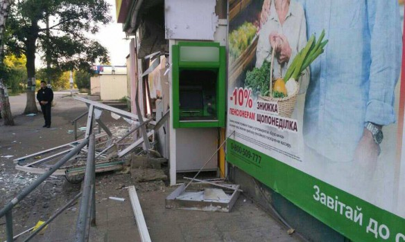 """Находчивые преступники подорвали банкомат """"ПриватБанка"""" и выкрали 45 тысяч гривен - обнародованы кадры с места преступления"""