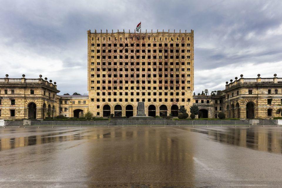 Без людей и без будущего: фотограф показал печальные результаты российской оккупации в Абхазии - новые кадры