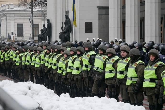 Митингующие в Киеве схлестнулись с Нацгвардией: стало известно, из-за чего между сторонниками Саакашвили и силовиками произошли потасовки, - кадры