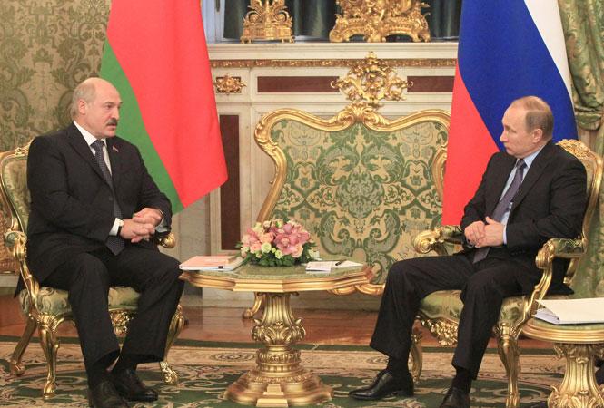 Сжал кулак, вцепился в кресло: странное поведение Путина на встрече с Лукашенко попало на видео