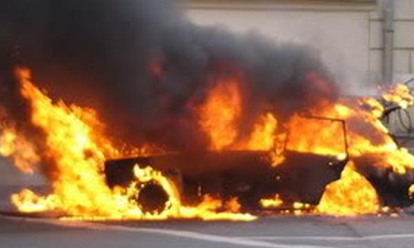 В Артемовске у развлекательного центра взорвали автомобиль