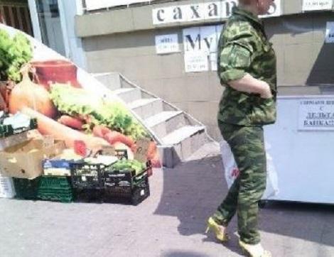 """""""Боевая подруга"""" Захарченко: Сеть рассмешило фото женщины-боевика на каблуках в оккупированном Донецке - кадры"""