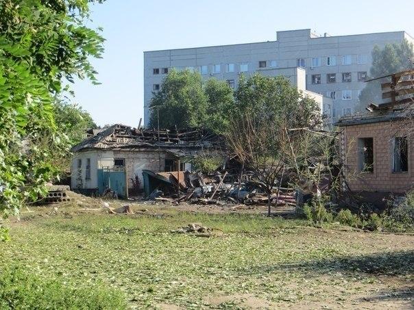 Очевидцы сообщают о попадании снаряда в жилой дом в Луганске