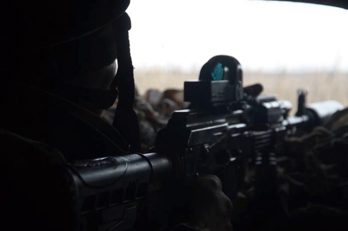Работа снайпера ООС на Донбассе попала на видео - неудобная позиция не помешала