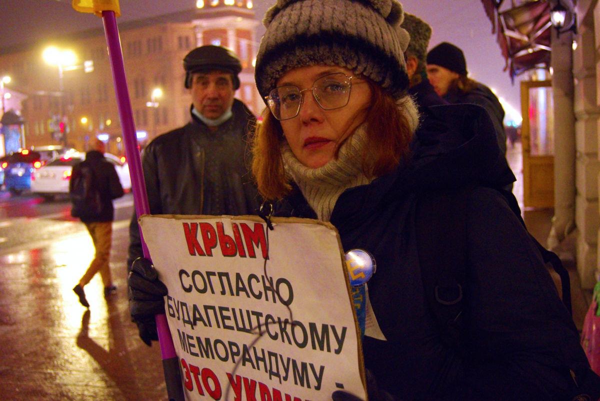 В родном городе Путина активисты вышли на улицы с флагами Украины и напомнили президенту РФ о главном, кадры