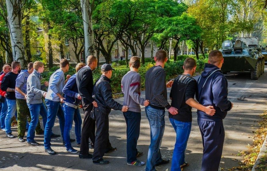 """Против танка с кулаками: террористы """"ДНР"""", испугавшись тюрьмы, свезли своих поклонников на акцию против ОБСЕ в Донецк (фото)"""