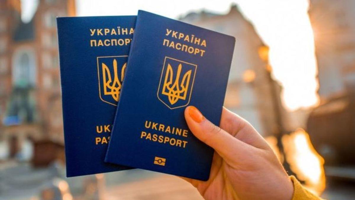 Зеленский лишил гражданства троих украинцев, Кабмин готовит депортации – СМИ