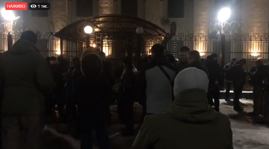 В посольство РФ в Киеве полетели дымовые шашки, к зданию несут покрышки - кадры