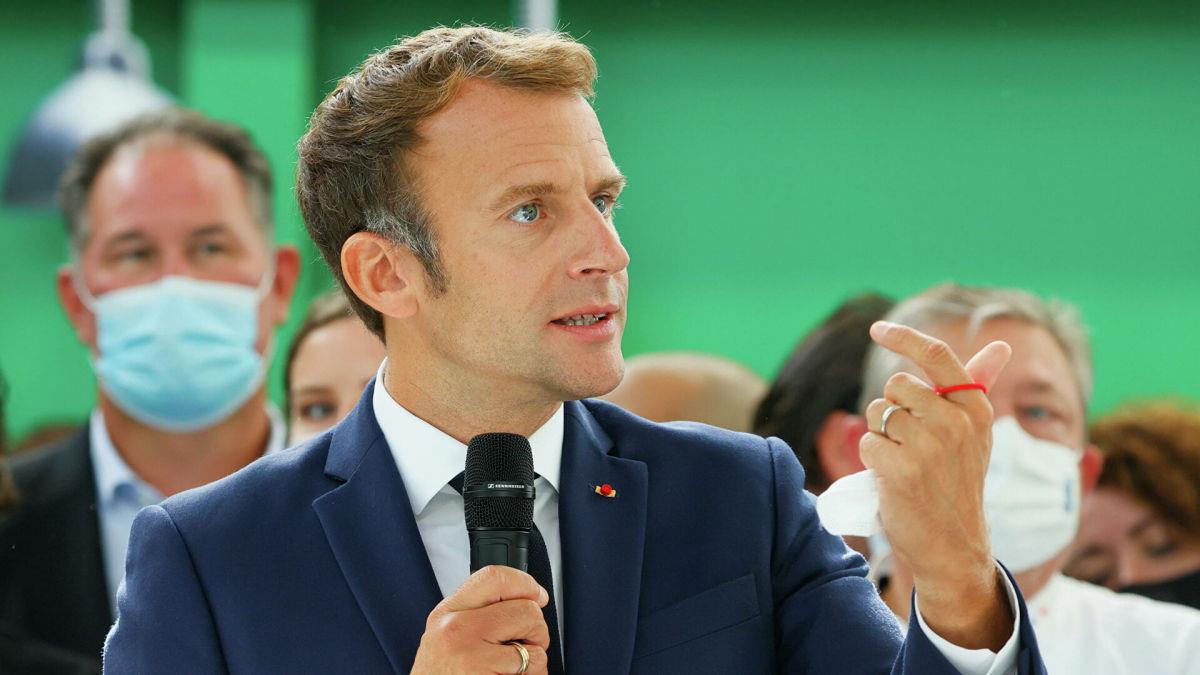 На видео засняли, как яйцо из толпы угодило в президента Франции
