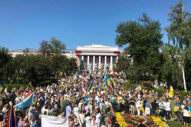 """Марш Защитников в Киеве: толпа рукоплескала и скандировала ветеранам """"Спасибо!"""" - невероятные кадры"""