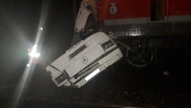 """Масштабное ДТП в России: поезд """"влетел"""" в пассажирский автобус, 18 человек погибли на месте, среди жертв есть дети - кадры"""