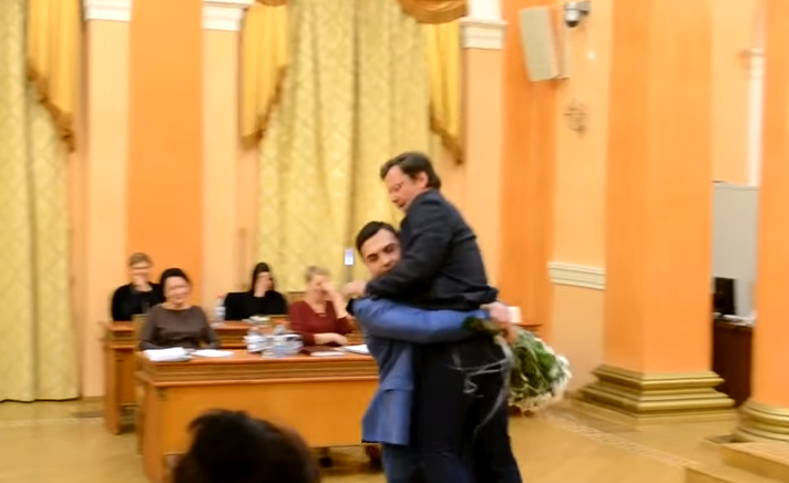 Клоунада на сессии Одесского горсовета: Сашу Боровика на руках вытащили из зала за разгромную критику одесского мэра