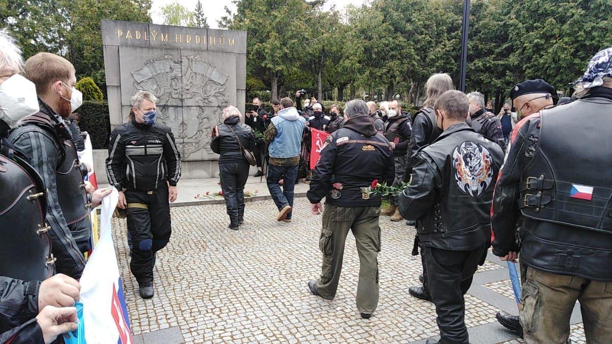 """""""Путин – киллер"""", – """"Ночные волки"""" столкнулись с протестами во время приезда в Чехию"""
