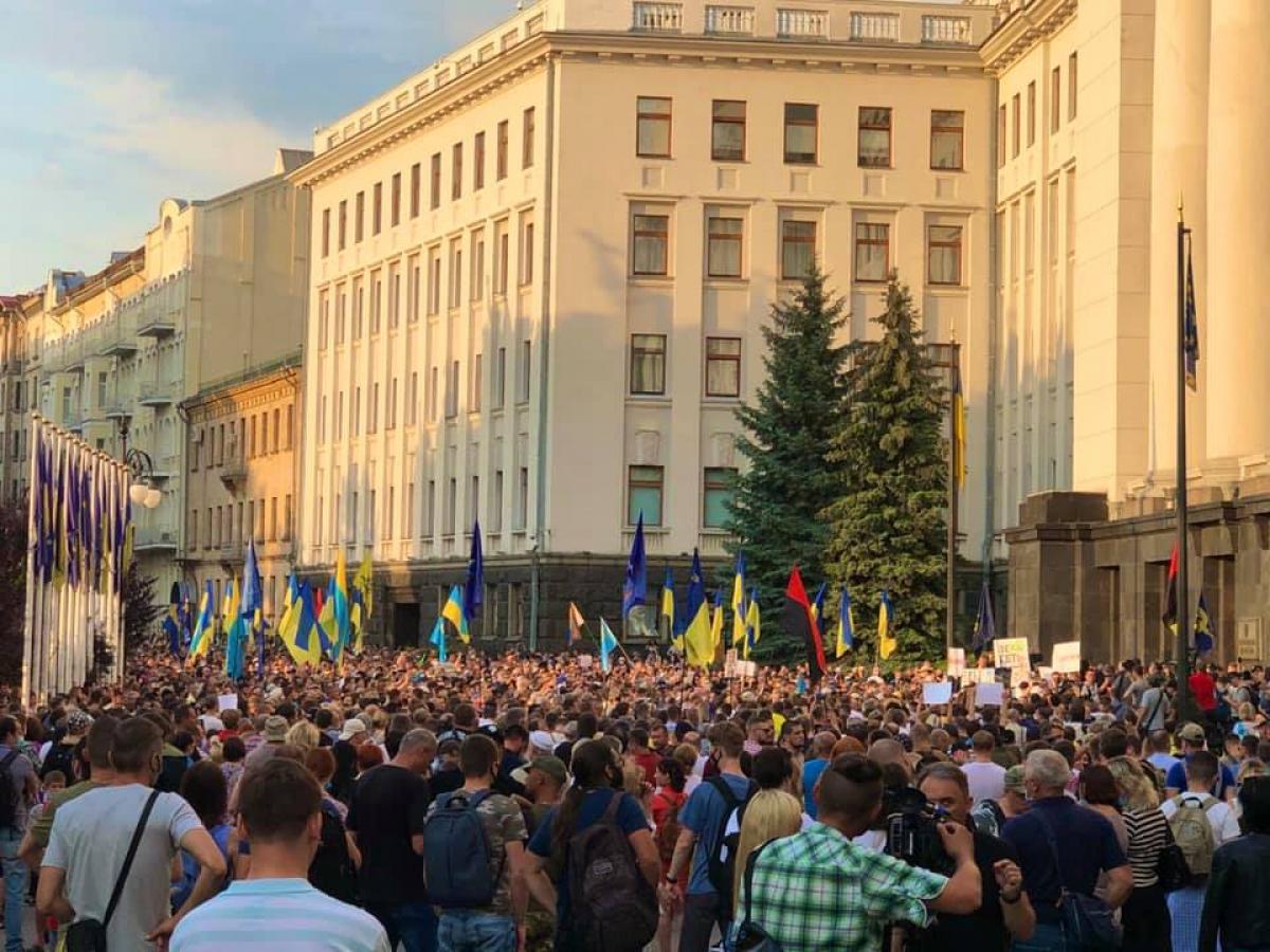 """Тысячи человек под окнами Зеленского протестуют против договора с Кремлем: """"Это преступление!"""""""