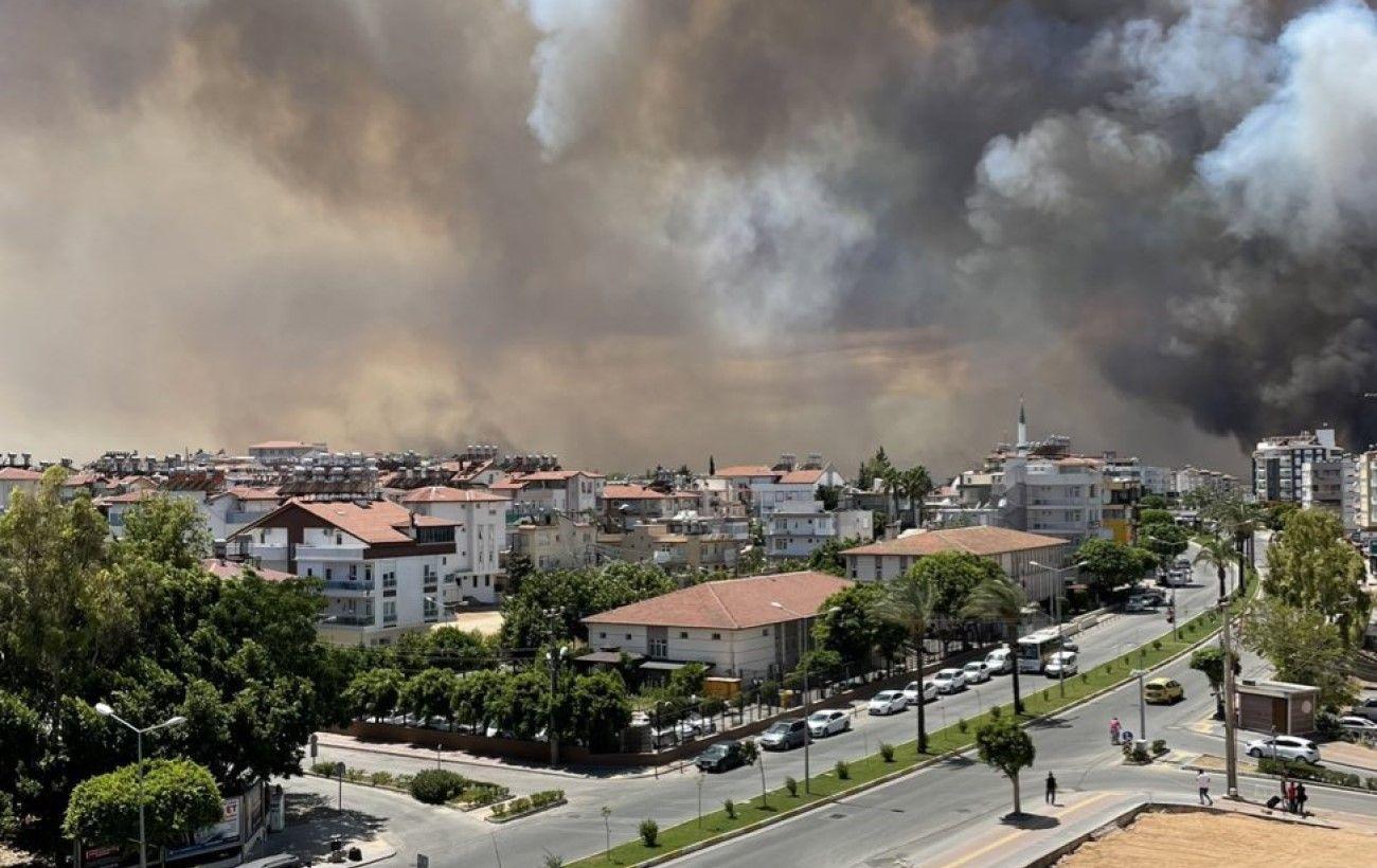 Беспрецедентная пожарная катастрофа в Анталии попала на видео: огонь перебросился на жилые районы