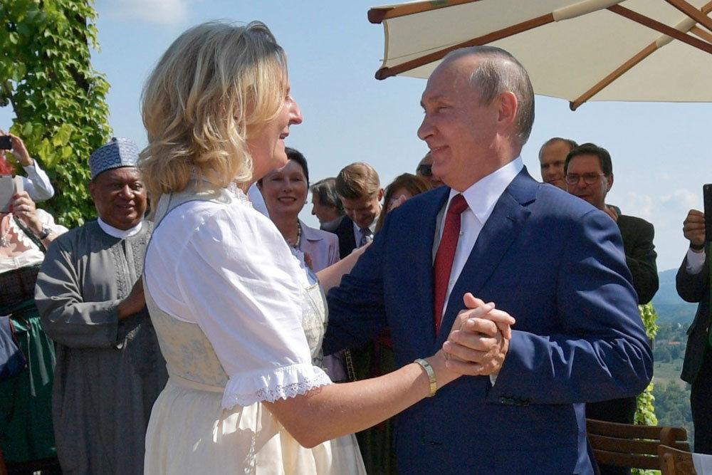 Экс-глава МИД Австрии Кнайсль получит должность в Роснефти – на ее свадьбе отплясывал Путин