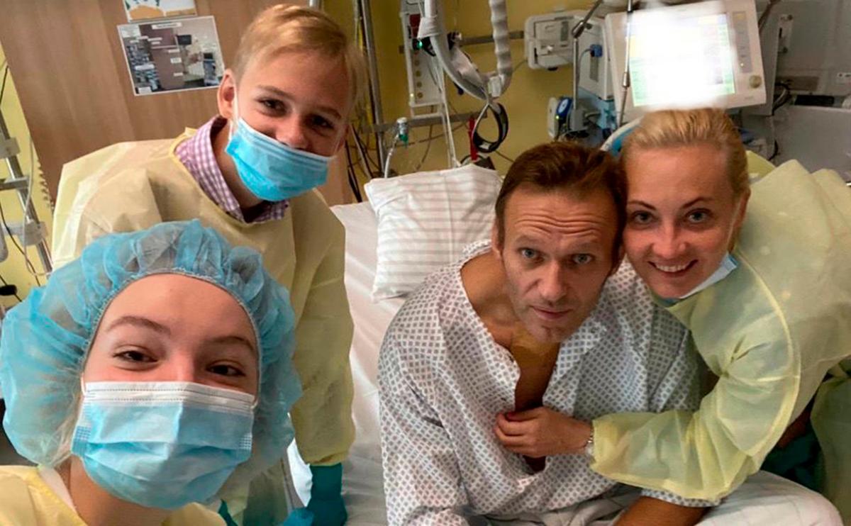 """Навального в России просят спасти родину от санкций: """"Власть тебя не травила, тебе наши спасли жизнь"""""""