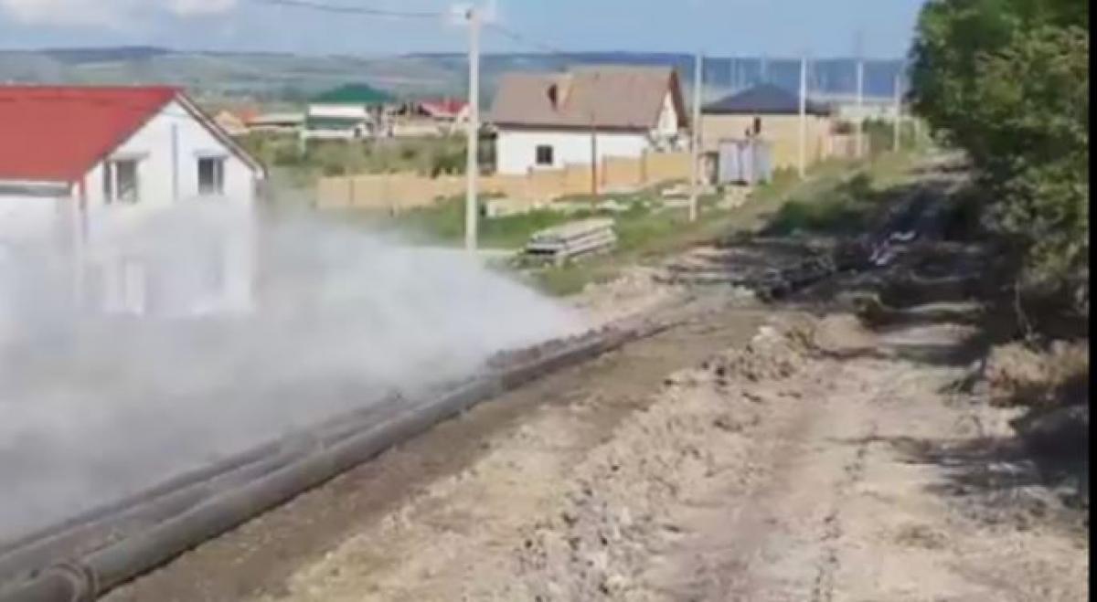 В Крыму прорвало водопровод, построенный российскими военными: вода начала затапливать дома, кадры