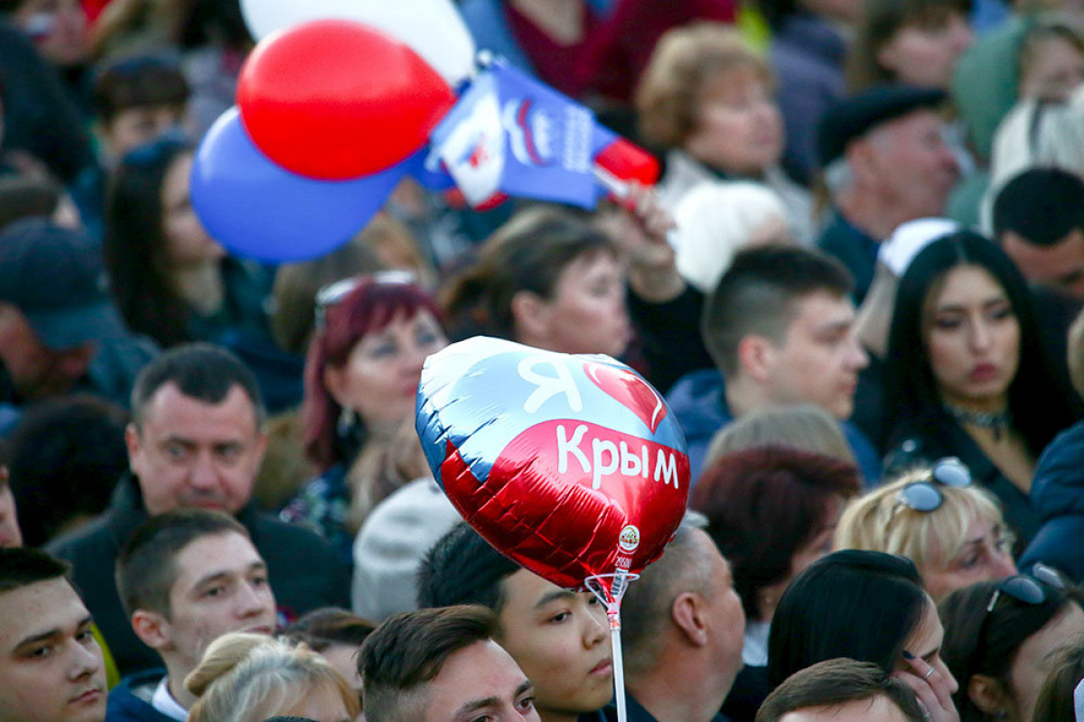 Доведенные кризисом жители Крыма стирают одноразовые маски: фото
