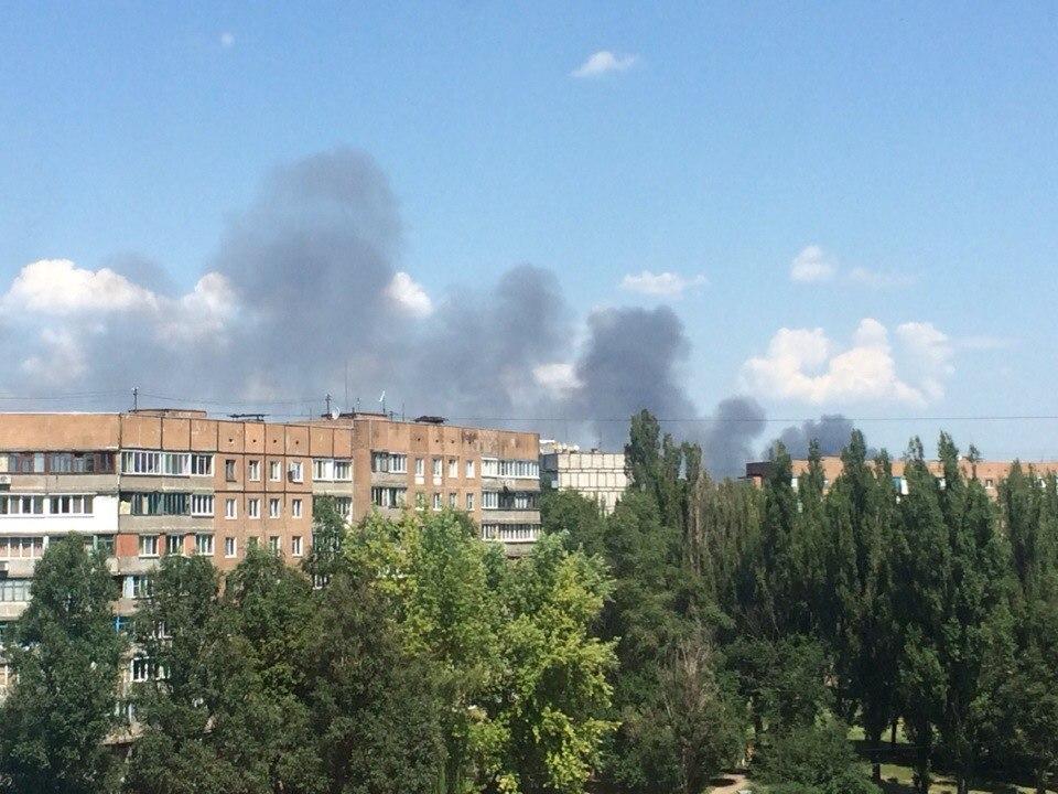 Очевидцы: в Донецке в районе аэропорта идет бой. В Кировском районе горит база вторсырья