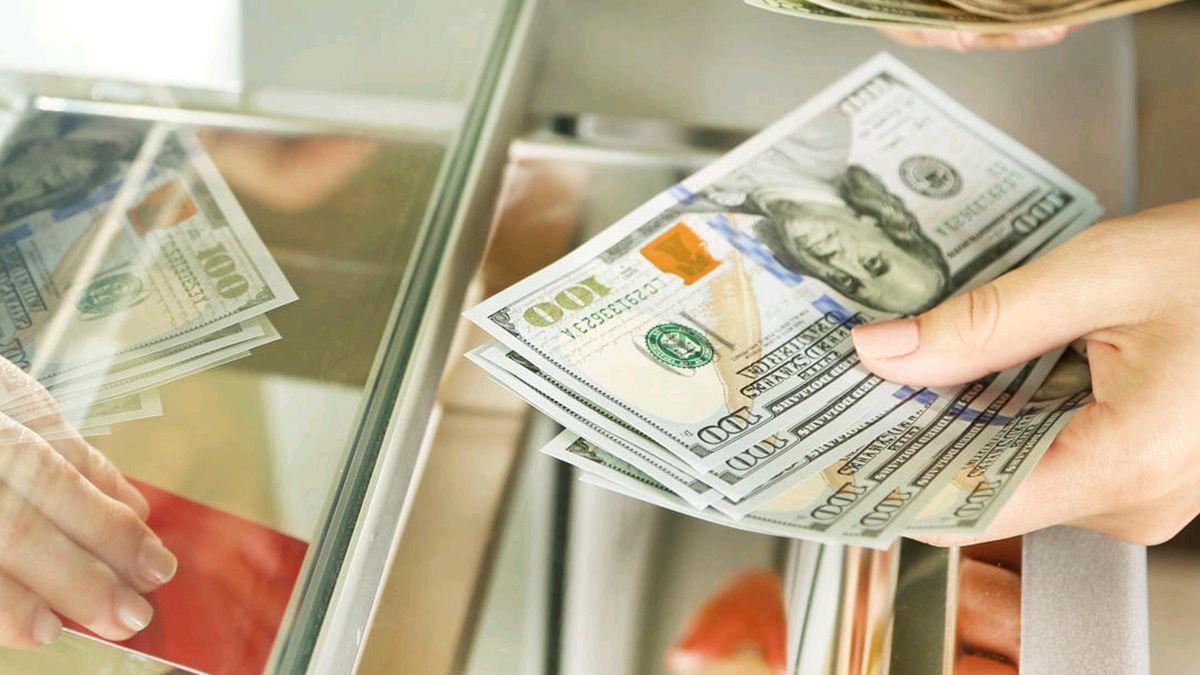 """Курс доллара и евро в Украине: """"Госбанкам пришлось тушить пожар"""""""