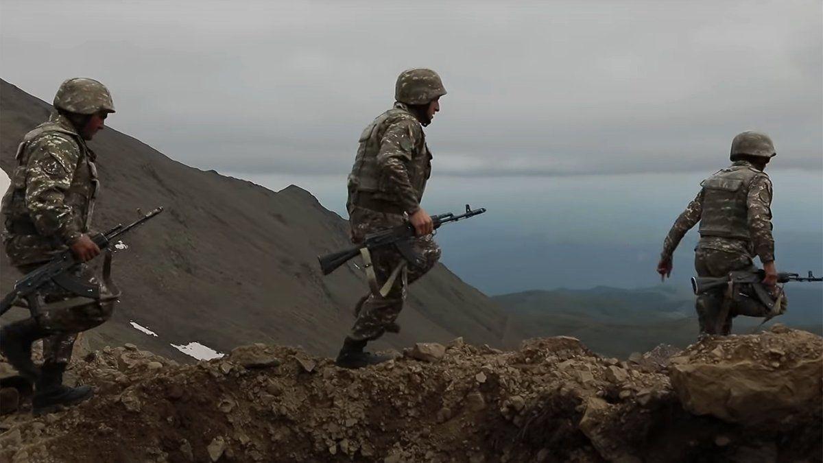 Группа военных РФ движется к армяно-азербайджанской границе в Карабахе: СМИ узнали цель