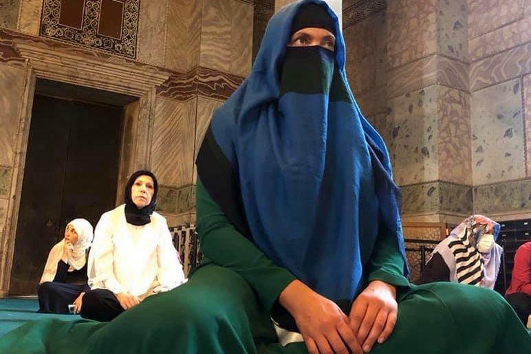 """""""Подалась в религию?"""" - фото Надежды Савченко в мечети в хиджабе обсуждают в Сети"""