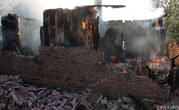 Горловку снова обстреливают: горят дома
