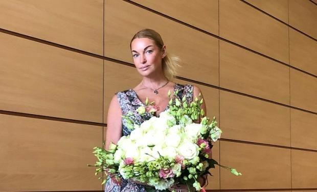 """Волочкова оскандалилась в свой день рождения, присвоив чужие цветы: """"Зачем Вы мой букет..."""""""