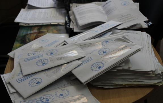 Российская служащая почты прятала в квартире у сестры две тонны не отправленной корреспонденции