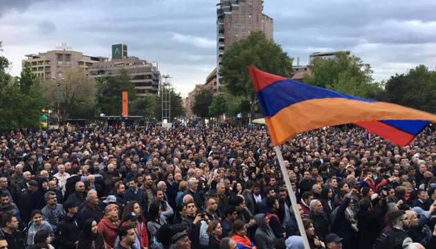 В Ереване обстановка накалена до предела: десятки тысяч митингующих пришли на главную площадь и скандируют требования - онлайн-трансляция