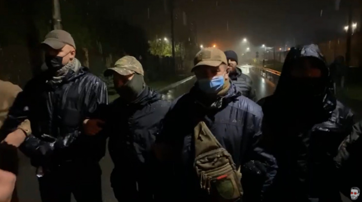 """Десятки """"титушек"""" атаковали дом Порошенко в Козине: горят файеры, начались стычки"""