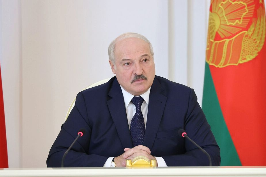 """Лукашенко готовится запустить авиасообщение с Крымом: """"С меня взятки гладки"""""""