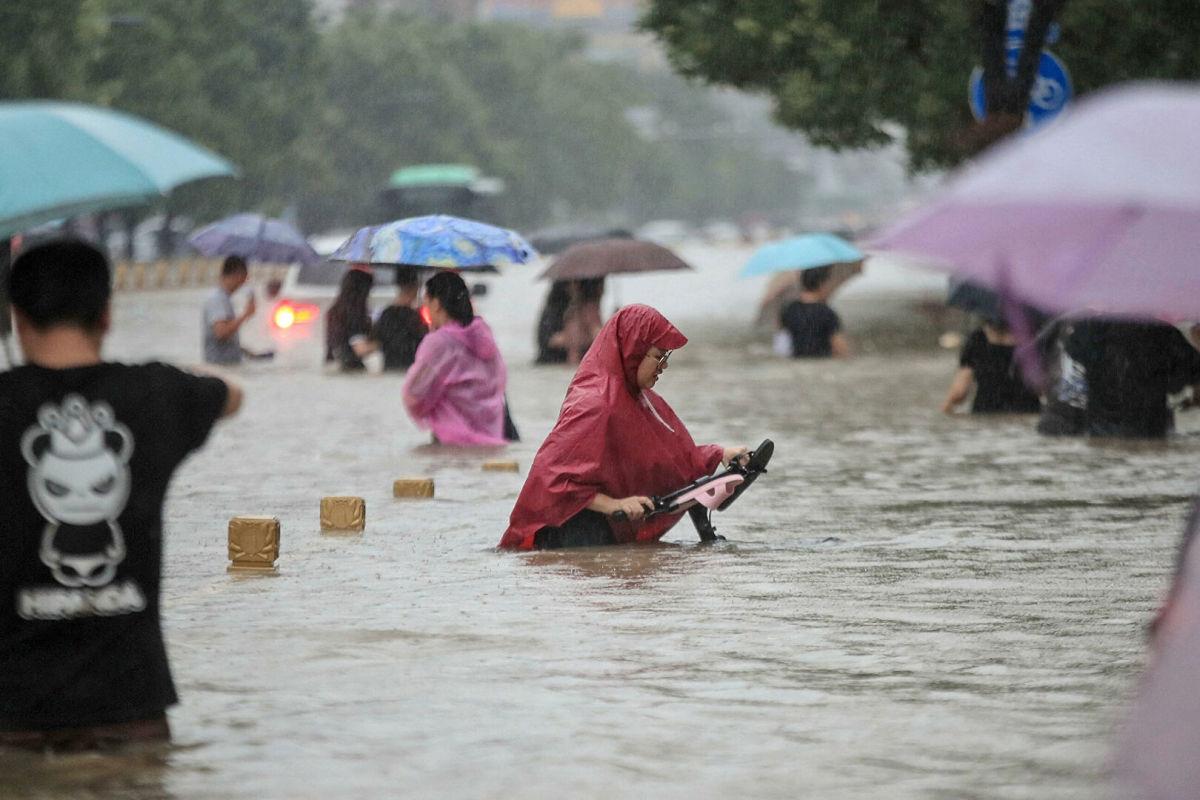 Крупнейшее за тысячелетие наводнение обрушилось на Китай: провинция Хэнань ушла под воду, десятки погибших