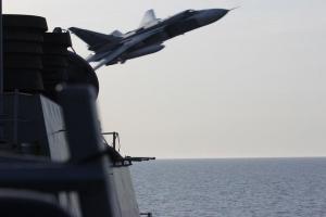 """Кадры опасных провокаций от Пентагона: как российские Су-24 """"мирно"""" рассекали воздух над эсминцем США"""