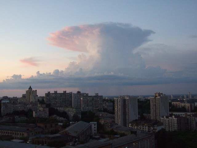 """Облако в форме """"ядерного гриба"""" появилось над Киевом"""