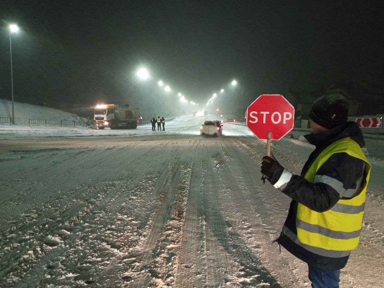 Непогода в Украине: для транспорта закрыли уже семь трасс