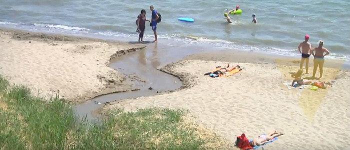 Мариуполь тонет в нечистотах - отбросы постепенно стекают в Азовское море, массово травятся дети