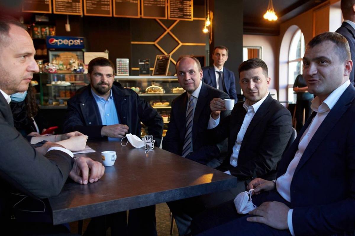 """Зеленский за чашкой кофе в Хмельницком: """"Приходим в себя потихоньку"""""""