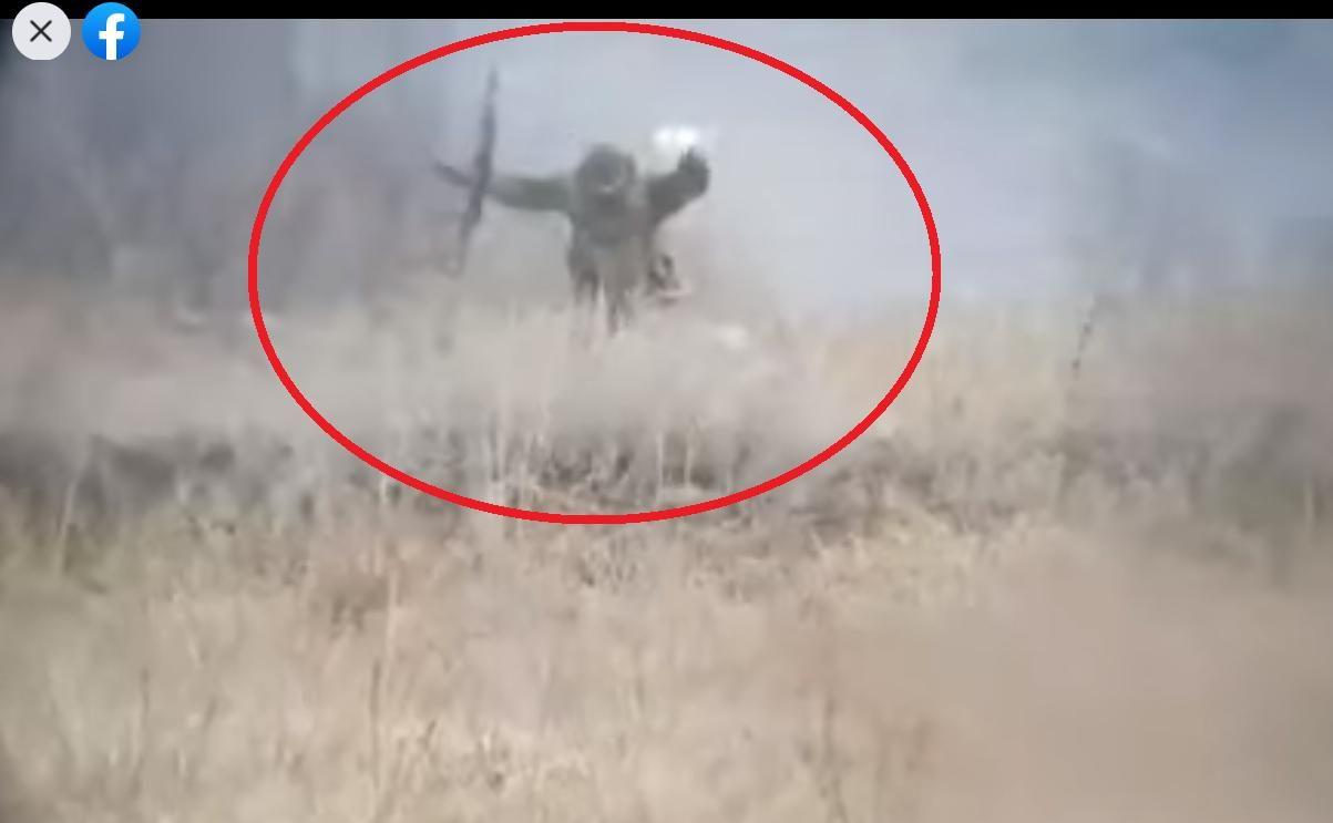 """На Донбассе российский военный с АК-47 сдался в плен ВСУ, подняв руки и белый флаг: """"Сейчас будем брать"""""""