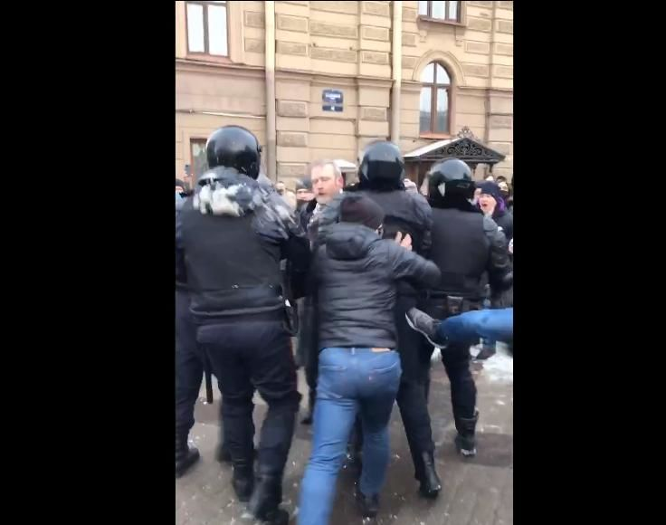 В России протестующие напали на ОМОН и начали бить их ногами: силовики бросились бежать от толпы