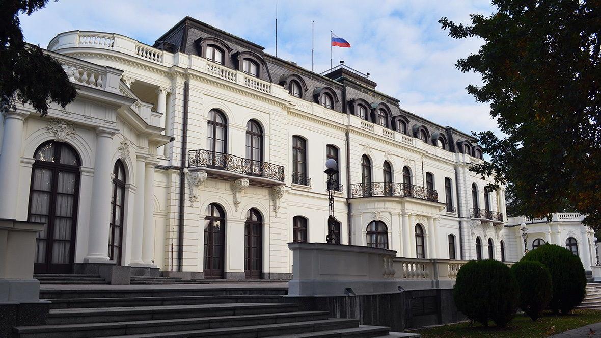 Чехия выслала 18 дипломатов РФ: россияне вылетели из Праги, Кремль поступил тем же порядком
