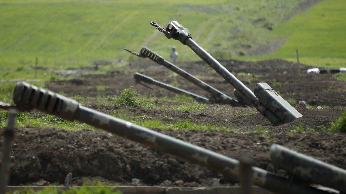 """Плотность огня в Карабахе резко увеличилась: работают """"Грады"""" и """"Смерчи"""", снаряды падают на жилые дома"""