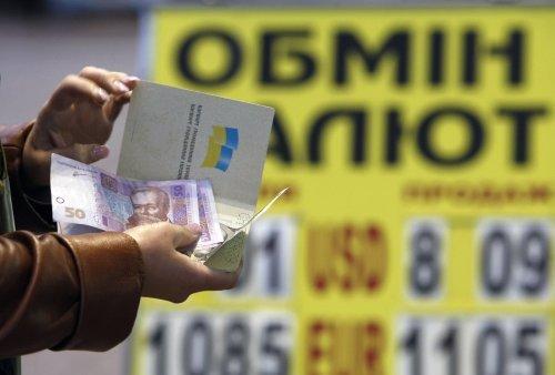 Гривна продолжает падение: на торгах за доллар дают уже 25 гривен