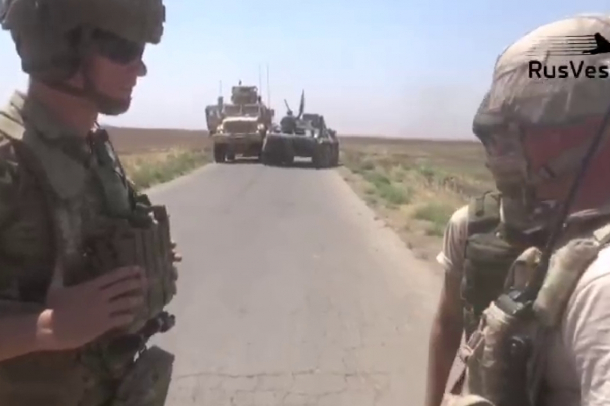 """Кадры, как российский военный в Сирии просит войска США прекратить """"преследования"""": """"Нас пригласил Асад"""""""