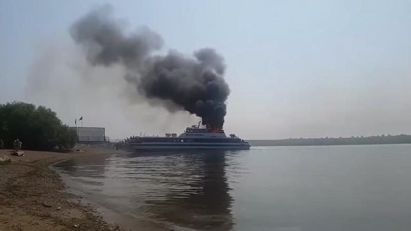 Очередное ЧП в России: сильнейший огонь охватил теплоход с пассажирами на борту – кадры