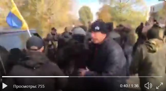 Полиция отступила: появилось видео момента прорыва добровольцами АТО блокпоста по дороге на Золотое