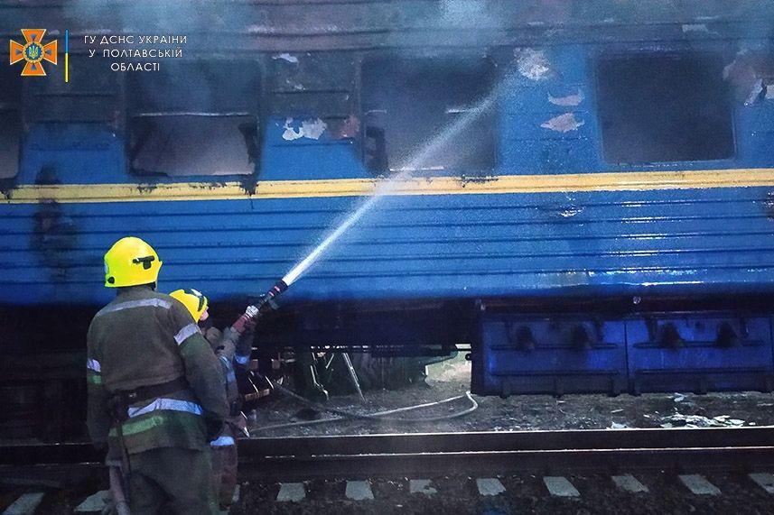 """Поезд протаранил грузовик """"MAN"""" на Полтавщине: после столкновения начался пожар"""