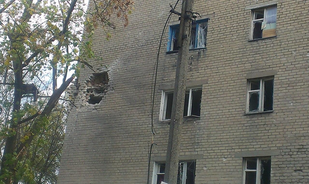 Как выглядит проспект Кремлевский в Донецке после обстрела: разбитые общежития и дырки в стенах домов